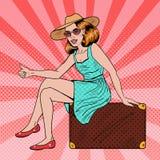 Recht junger Knall Art Woman Traveler Hitchhiking Sitting auf Koffer Stockfotografie