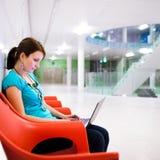 Recht junger weiblicher Kursteilnehmer mit Laptop Stockbilder