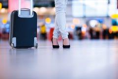Recht junger weiblicher Passagier am Flughafen Stockfotografie