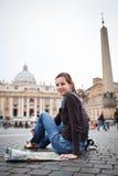 Recht junger weiblicher Tourist, der eine Karte studiert Stockfotos