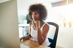 Recht junger weiblicher Unternehmer stockbilder