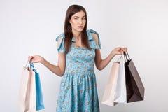 Recht junges angeredetes Mädchen ist gehender Einkauf Stockfoto