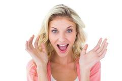 Recht junges blondes Gefühl überrascht Stockfoto