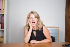Recht junges blondes Gefühl überrascht Lizenzfreie Stockfotografie