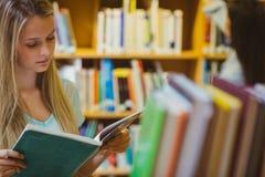 Recht junges blondes Lesebuch Lizenzfreie Stockbilder