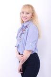 Recht junges blondes Mädchen auf Weiß Lizenzfreie Stockfotografie