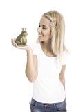Recht junges blondes Mädchen, das einen Partner sucht Rote Rose und Inneres über Weiß Lizenzfreie Stockfotos