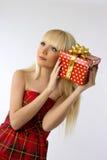 Recht junges blondes Mädchenholding-Weihnachtsgeschenk Stockfotografie
