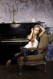 Recht junges blondes wirkliches Mädchen am Klavier verrosteten Innenraum im im alten Stil, Weinlesekonzept Stockfotos