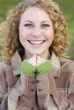Recht junges lächelndes Frauen-Portrait Stockfotografie