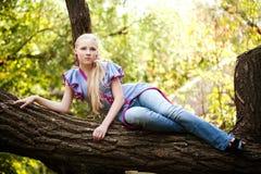 Recht junges Mädchen auf einem Baum Stockfoto