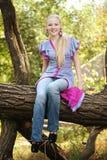 Recht junges Mädchen auf einem Baum lizenzfreie stockfotografie