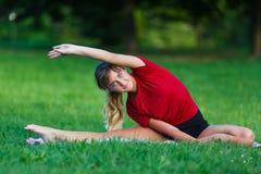 Recht junges Mädchen, das aufgeteilte Übungen tut Lizenzfreies Stockbild