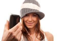 Recht junges Mädchen, das zellulares Mobile zeigt Lizenzfreies Stockbild