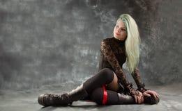 Recht junges Mädchen in der goth Kleidung Lizenzfreies Stockfoto