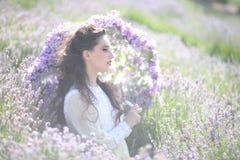 Recht junges Mädchen draußen auf einem Lavendel-Blumen-Gebiet lizenzfreie stockfotos