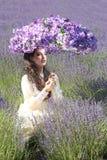 Recht junges Mädchen draußen auf einem Lavendel-Blumen-Gebiet stockbilder