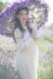 Recht junges Mädchen draußen auf einem Lavendel-Blumen-Gebiet stockfoto