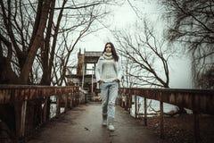 Recht junges Mädchen im Freien auf der alten Brücke Lizenzfreies Stockfoto