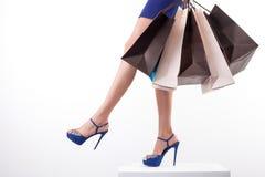 Recht junges Mädchen ist gehender Einkauf mit Freude Stockbild