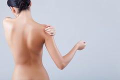 Recht junges Mädchen macht skincare Behandlung Lizenzfreie Stockfotos