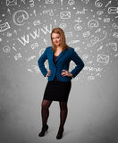 Recht junges Mädchen mit abstrakter weißer Medienikone kritzelt Stockfotografie