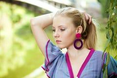 Recht junges Mädchen nahe einem Baum lizenzfreies stockfoto
