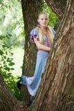 Recht junges Mädchen nahe grünem Baum stockfotos