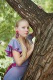 Recht junges Mädchen nahe grünem Baum lizenzfreie stockfotografie