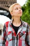 Recht junges Mädchen in Paris Stockfotos