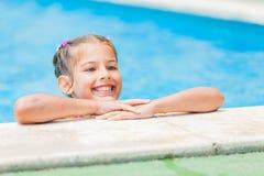Recht junges Mädchen am Pool Lizenzfreies Stockfoto