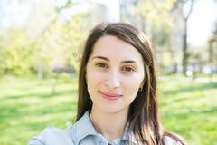 Recht junges Mädchen-Selbst, der Porträt nimmt Stockfotos