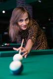 Recht junges Mädchen spielt Billard oder Pool lizenzfreie stockfotos