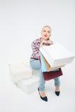 Recht junges Mädchen tut das Einkaufen in der Butike Lizenzfreie Stockbilder
