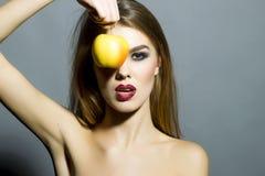 Recht junges sexy Mädchen mit Apfel Stockbilder