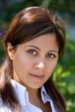 Recht junges spanisches Mädchen, das Kamera betrachtet Lizenzfreie Stockbilder