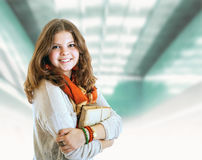 Recht junges Studentenmädchenporträt mit Büchern Stockbild
