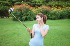 Recht junges weibliches touristisches Nehmenreise selfie Stockbild