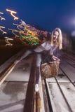 Recht kaukasische Frau in der Lederjacke und in den Blue Jeans Stockbild
