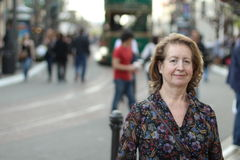 Recht kaukasische reife Dame draußen Lizenzfreie Stockfotos