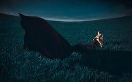 Recht kaukasisches Mädchen, das in archiviert liegt lizenzfreies stockbild