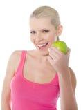 Recht kaukasisches Mädchen, das einen Apfel isst lizenzfreie stockfotos