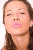 Recht kaukasisches Mädchen, das einen Kuss bildet Stockfotos