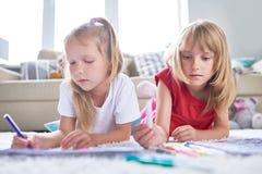Recht kleine Freunde, die Kreativität ausdrücken lizenzfreies stockfoto