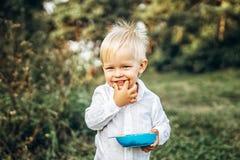 Recht kleines Baby haben Spaß den im Freien Stockbilder