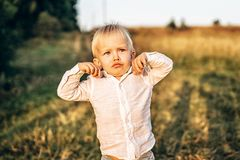 Recht kleines Baby haben Spaß den im Freien Stockfotos