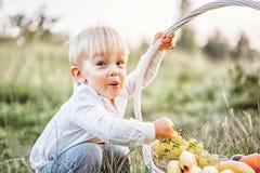 Recht kleines Baby haben Spaß den im Freien Lizenzfreie Stockbilder