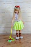 Recht kleines blondes Mädchen, welches das Haus säubert Lizenzfreie Stockfotografie