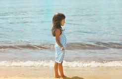 Recht kleines Mädchen auf dem Strand nahe Meer Lizenzfreie Stockfotos