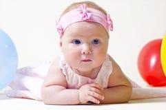 Recht kleines Mädchen, auf einem weißen Hintergrund Lizenzfreie Stockfotografie